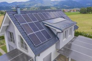casa con techo solar